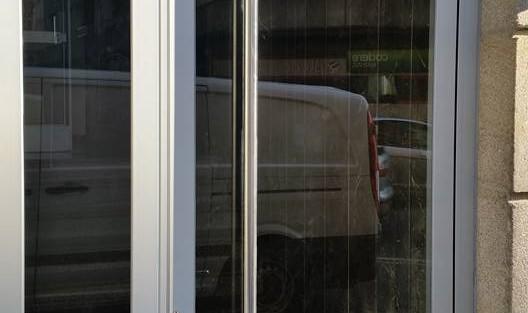 Puerta de entrada para edificio en aluminio anodizado natural
