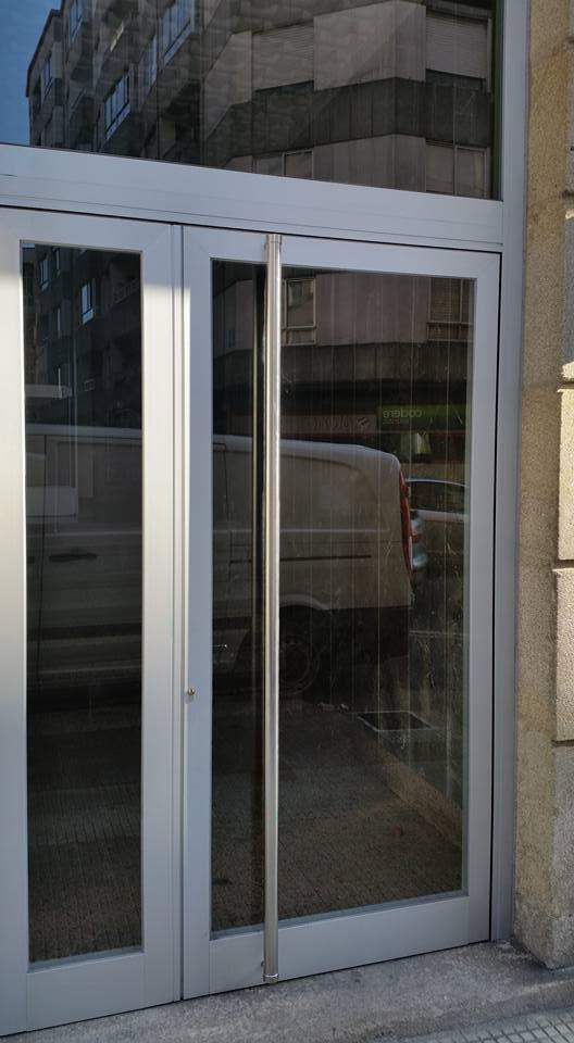 Puerta de entrada de aluminio anodizado natural instalup for Puerta entrada aluminio