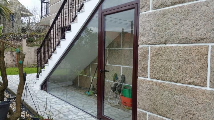 Hueco de escaleras cerrado en aluminio y acristalado