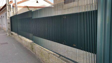 Cierre en aluminio soldado con portales y cancillas con lama vertical
