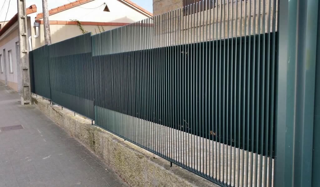 Cierre en aluminio soldado con portales y cancillas con for Cierres de aluminio para terrazas