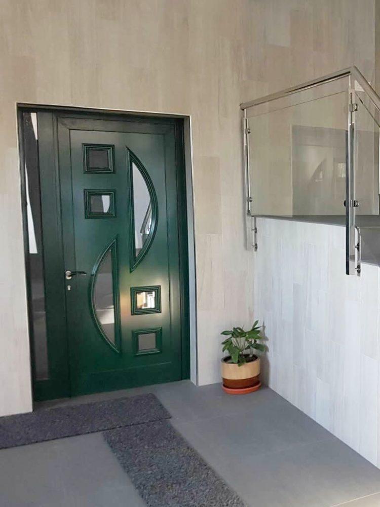 Puerta de entrada de una hoja con panel contrachapado macizo