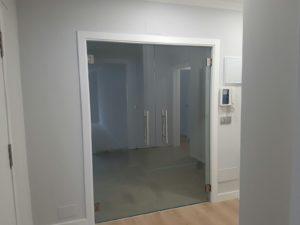 Puerta de cristal templado para separar cocina y salón