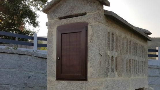 puerta de hórreo en pvc color madera con chapa laminada