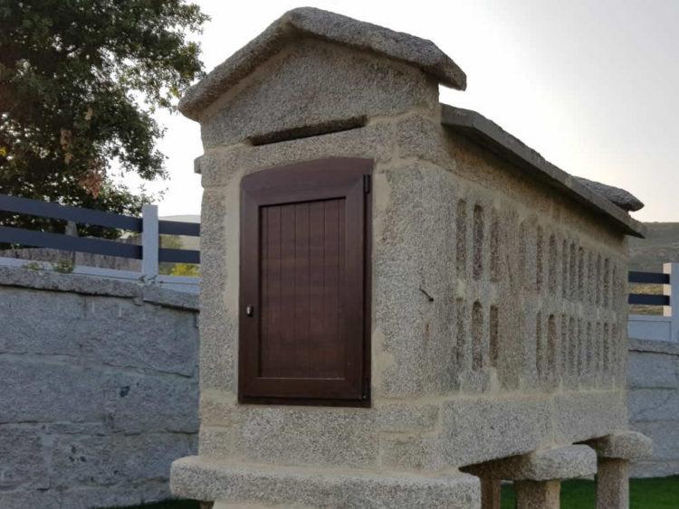 Puerta para hórreo en PVC color madera con chapa laminada