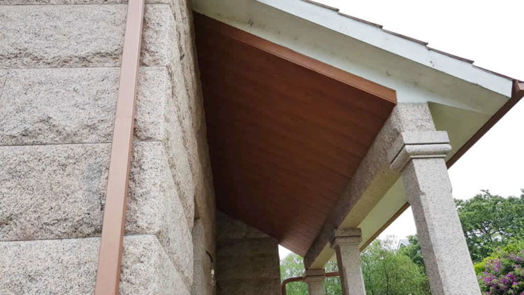 Colocación de falso techo en lamas de PVC color madera