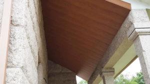 Colocacion de falso techo en lamas de PVC color madera