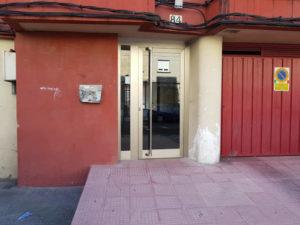 Puerta de entrada de edificio inox